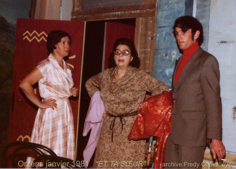 """Yette Yvar derrière les décors de """"Et ta soeur"""" entourée de Jocelyne Chevalley et Michel Gottraux en janvier 1981."""