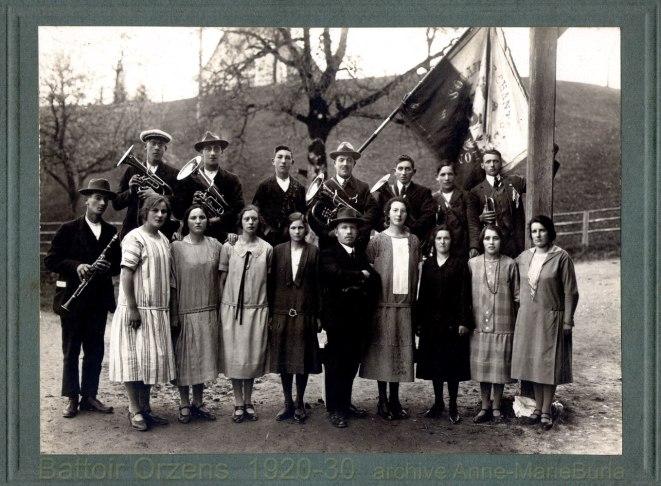 """Membres de la société de chants l'Union et de la fanfare d'Orzens, photo prise lors des mêmes """"soirées théâtrales et musicales"""" que les deux images précédentes."""