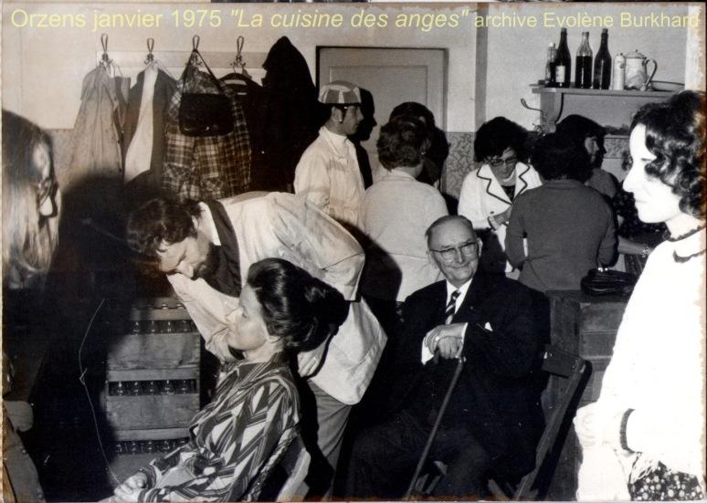 Jacques Béranger dans les coulisses/cuisine entouré de Evolène Burkhard, Raymond Bonzon, Marie-Claude Peters-Chérix...