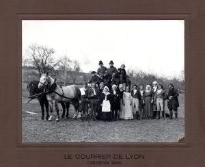 """Les acteurs et la diligence du Courrier de Lyon de 1935 dans les champs derrière la """"nouvelle"""" salle d'Orzens"""