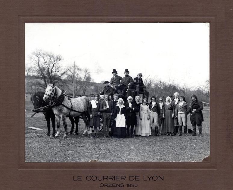 Acteurs et diligence derrière la nouvelle grande salle « Le courrier de Lyon » 1935