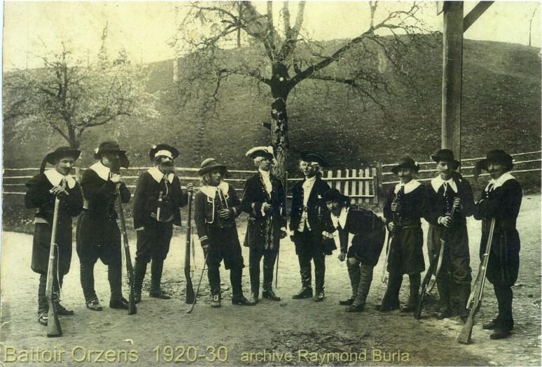 Acteurs devant le battoir d'orzens, avant 1930.