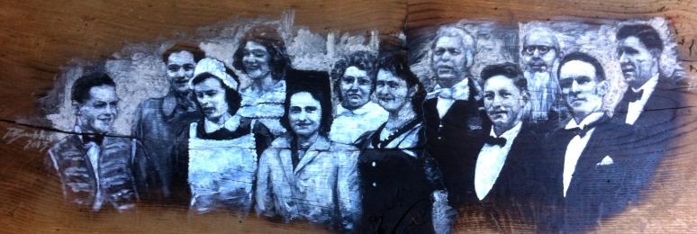 Des acteurs du « vestiaire » devant le café de la famille Burla. Mars 1942. Gérald Guichard, Albert Piot, Antoinette Burdet, Odette Wagnière, Mme Chappuis, Adrienne Bettex, Marie Vulliamoz, Robert Chevalley, Auguste Bettex, André Carrard, André Burdet, Edmond Burla.