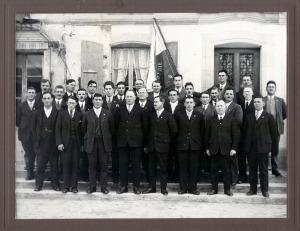 Le chœur d'hommes l'Union d'Orzens en 1935. Photo prise devant le café Burla, en face de la grande salle.